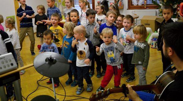 Děti sborově zpívají a tančí