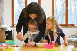 Děti vyrábějí perníkový stromek