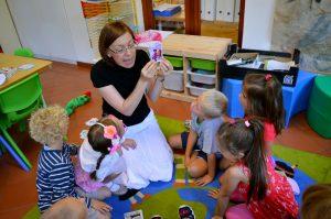 Děti poslouchají výklad učitelky
