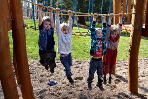Děti visí na prolézačce