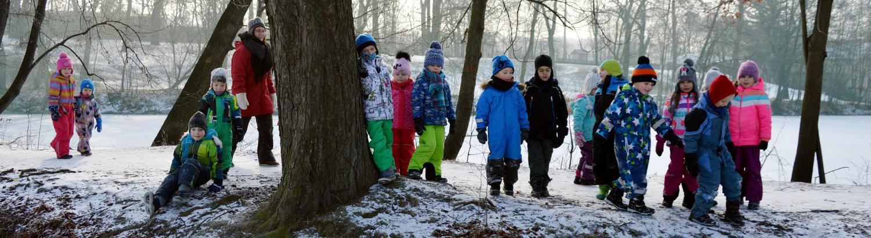 Děti na zimní procházce u rybníka