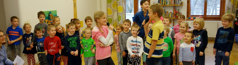 Děti zpívají při nácviku vystoupení